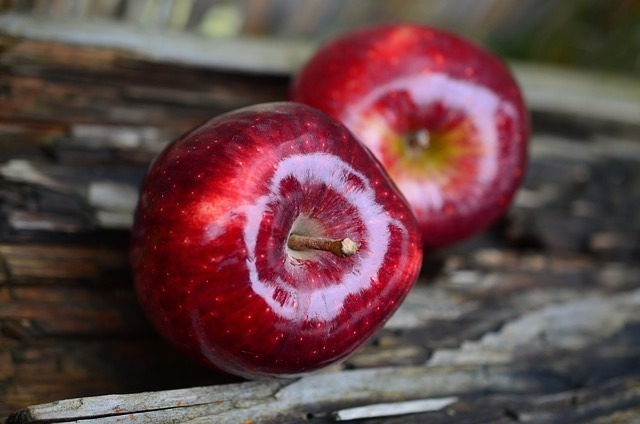 A picture of 2 red apples
